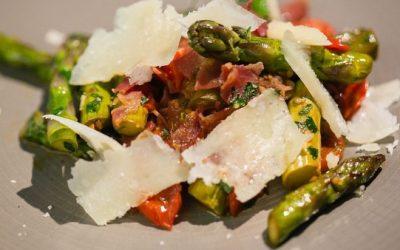 Poêlée d'asperges vertes au bacon et parmesan